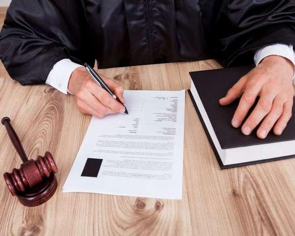 судья принимает определение по делу