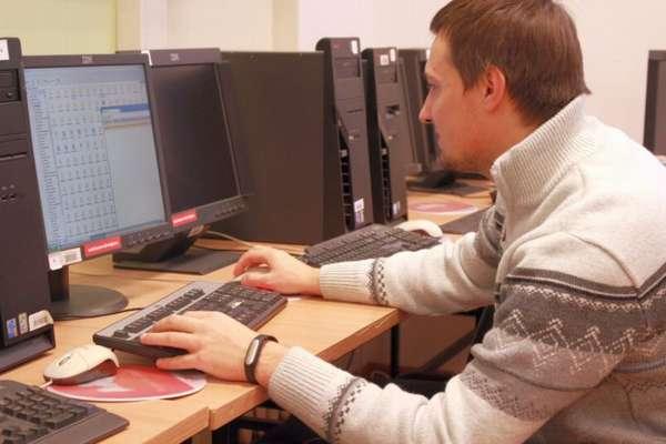 специалиста в области компьютеров